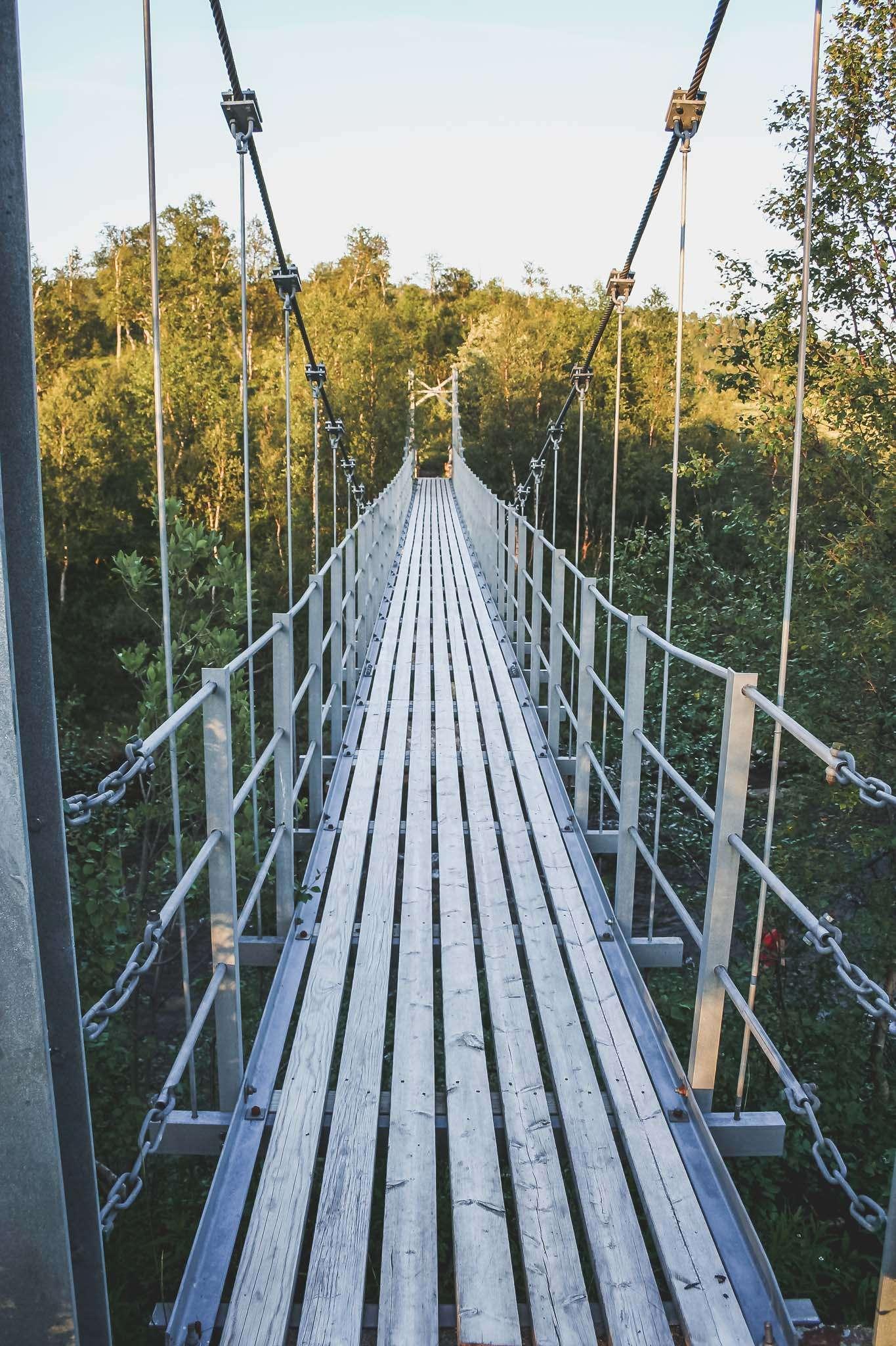 Hängebrücke im Moorgebiet vor Mo i Rana
