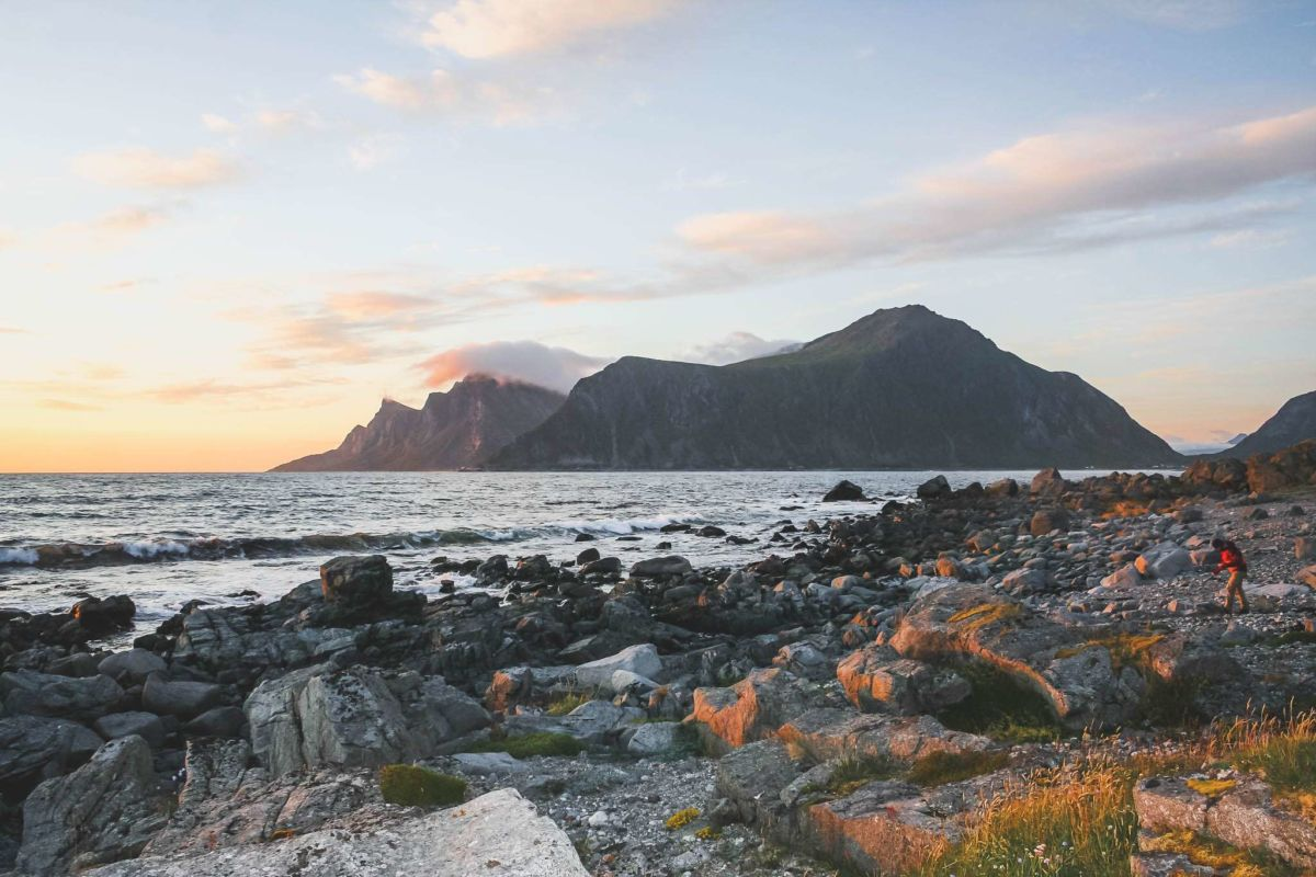 lofoten-reisezeit-ahoi-adventures-sonnenuntergang-strand-ozean-goldene-stunde