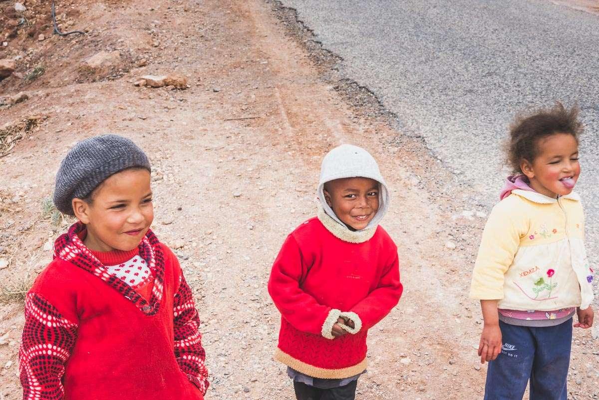 Drei strahlende Kinder im Atlasgebirge