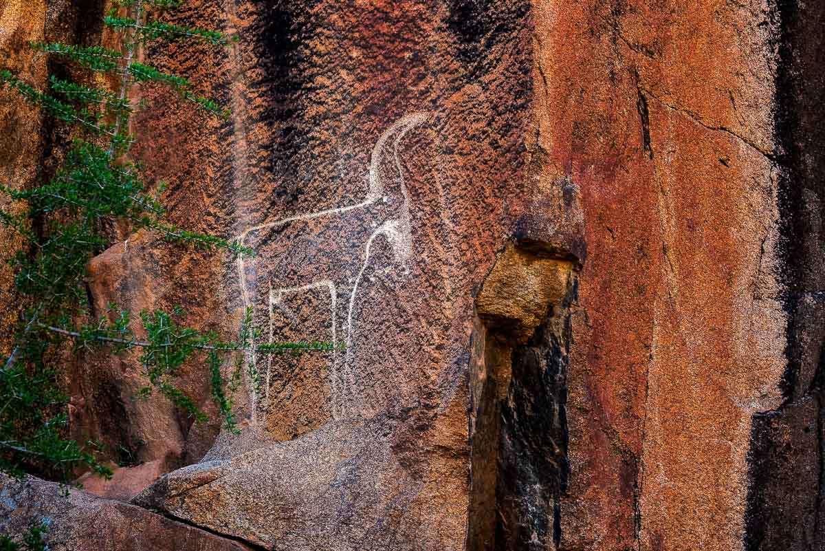 Wandmalereien auf unserer Wanderung durch Tafraoute und das Tal der Ammeln in Marokko