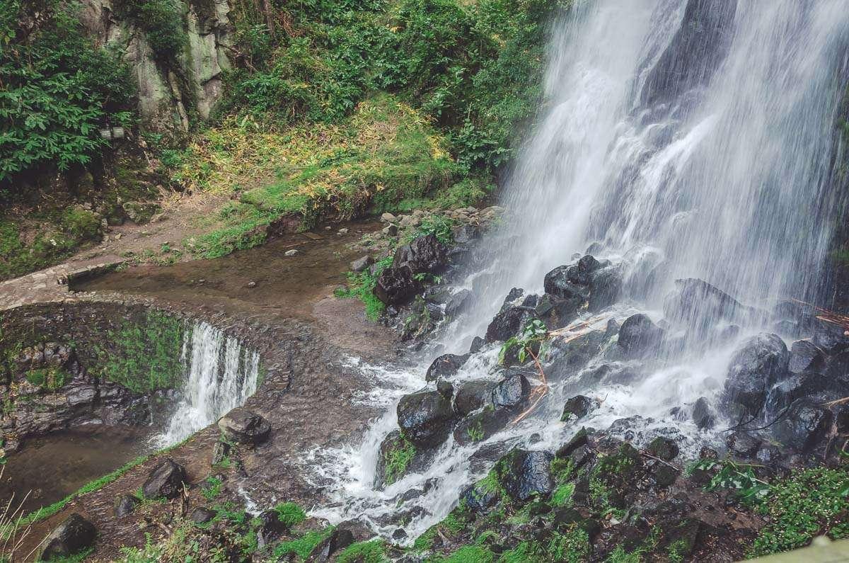 Man kommt wirklich bis an den Fuß des Wasserfalls.