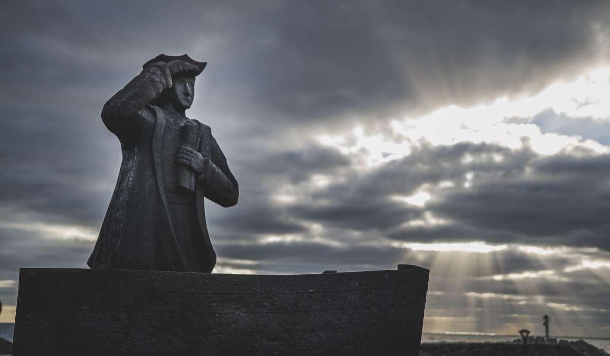 Eine Seefahrer Statue am Hafen von Povoação.