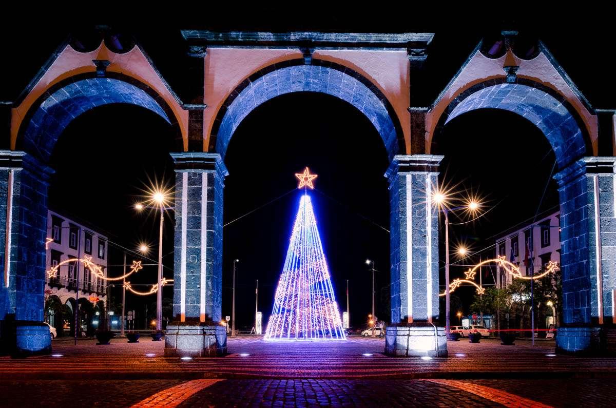 Die Weihnachtsbeleuchtung von Ponta Delgada hing schon.