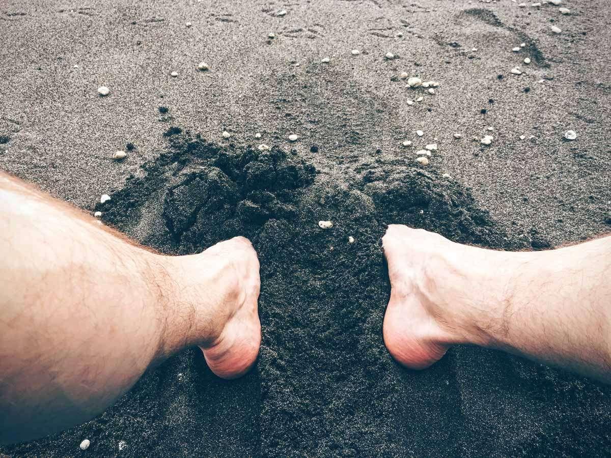 Warmer, schwarzer Sand und weiße Beine. fast schon Kunst.