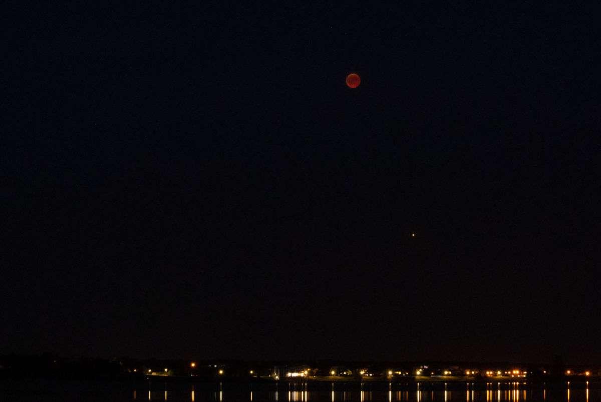 Mond, Mars und Strandpromenade vereint auf einem Bild