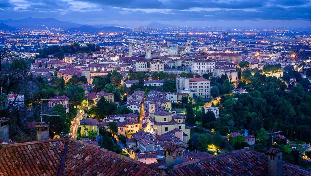Bergamo - Aussicht auf die Stadt bei Sonnenuntergang.