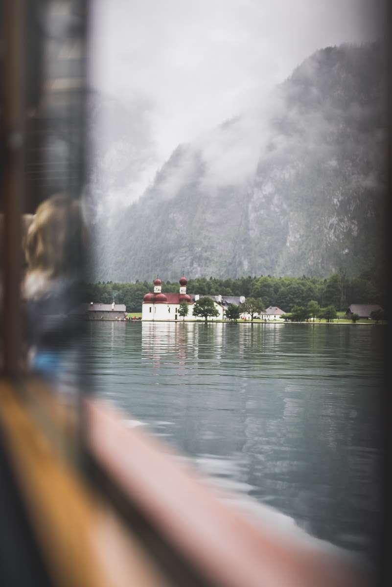 Blick aus dem Boot am Königsee