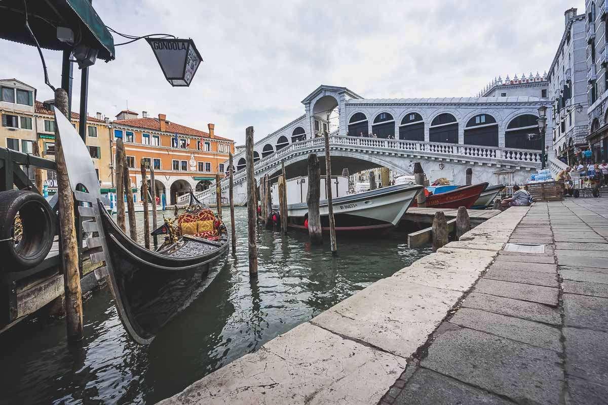 Gondel an der Rialtobr[cke in Venedig