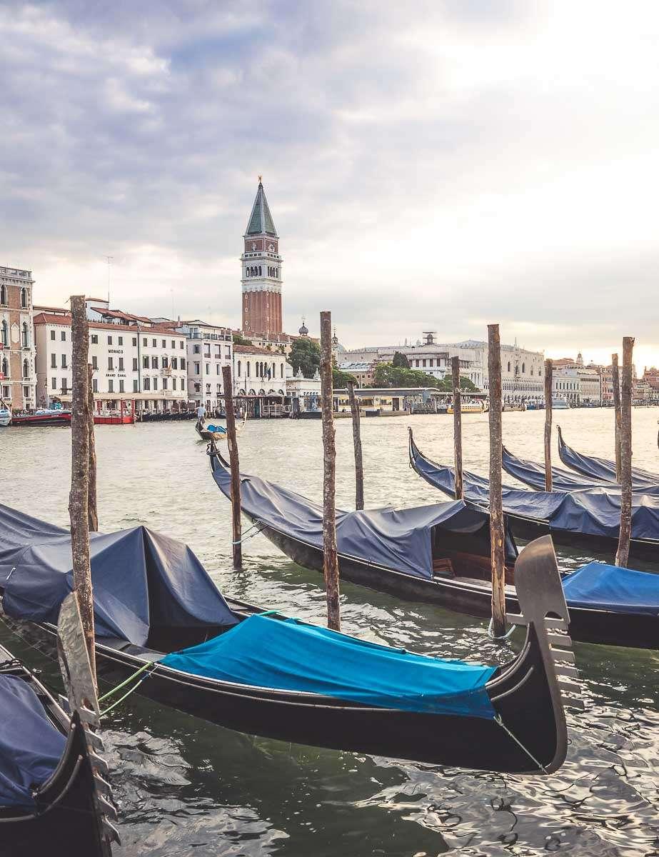 Gondeln vor dem Markusplatz in Venedig