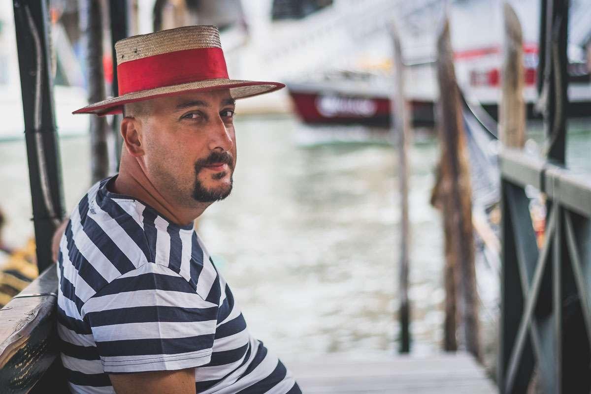 Gondoliere an der Rialto Brücke in Venedig