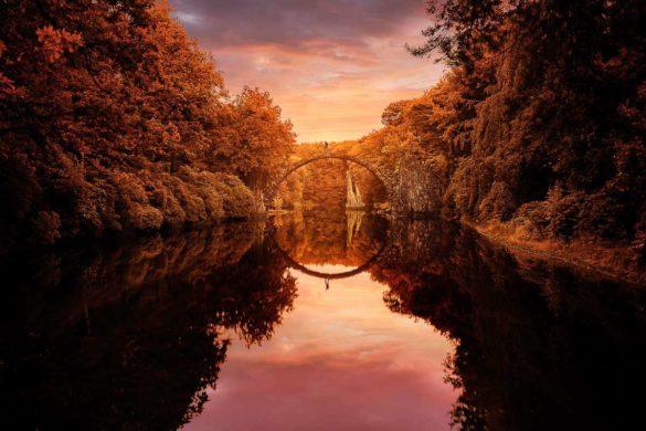 Rakotzbrücke bei Sonnenaufgang im Herbst.