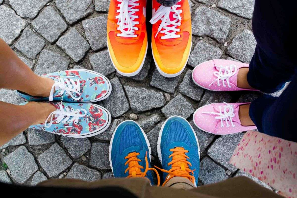 Bunte sneaker im Kreis