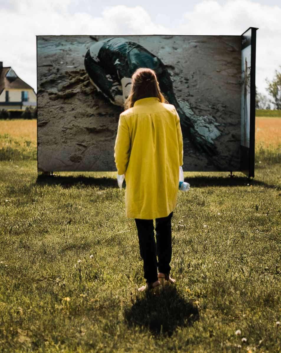 Fotografin vor ihrer Ausstellung in Zingst