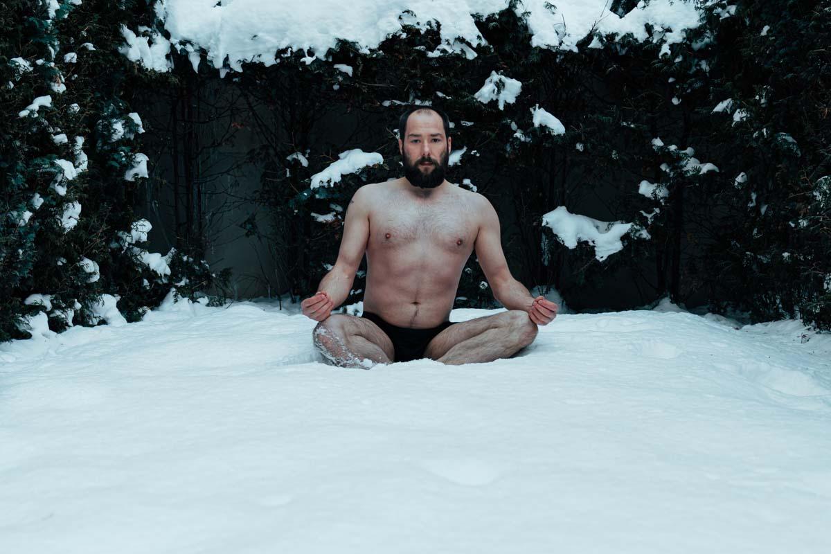 mann nackt im schnee