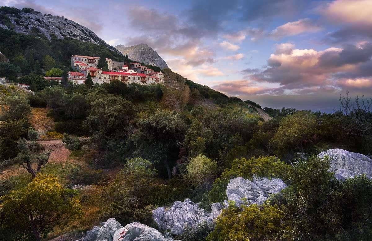 Das Kloster Moni Sotiros auf Euboea beim Sonnenuntergang.